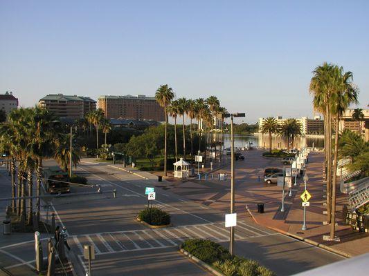 Tampa, Florida vor dem Convention Center von einer Bruecke.