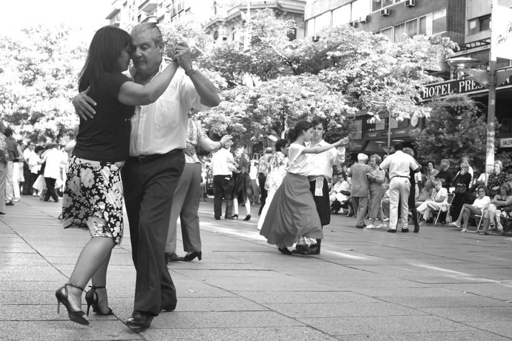 Tango uruguayo- Gruppe tanzender Paare