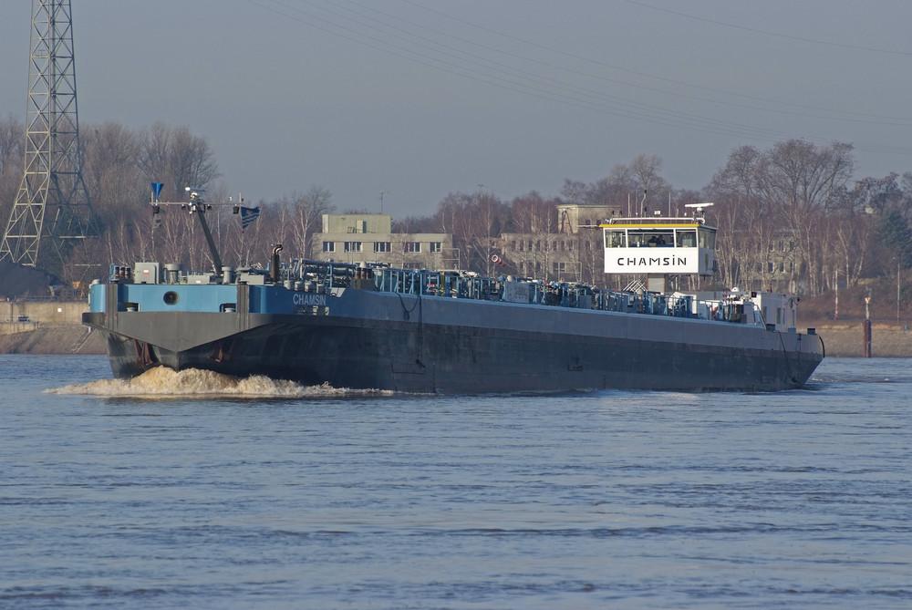 Tanker auf den Rhein