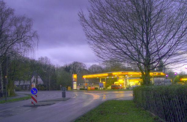 Tankstelle im Zwielicht