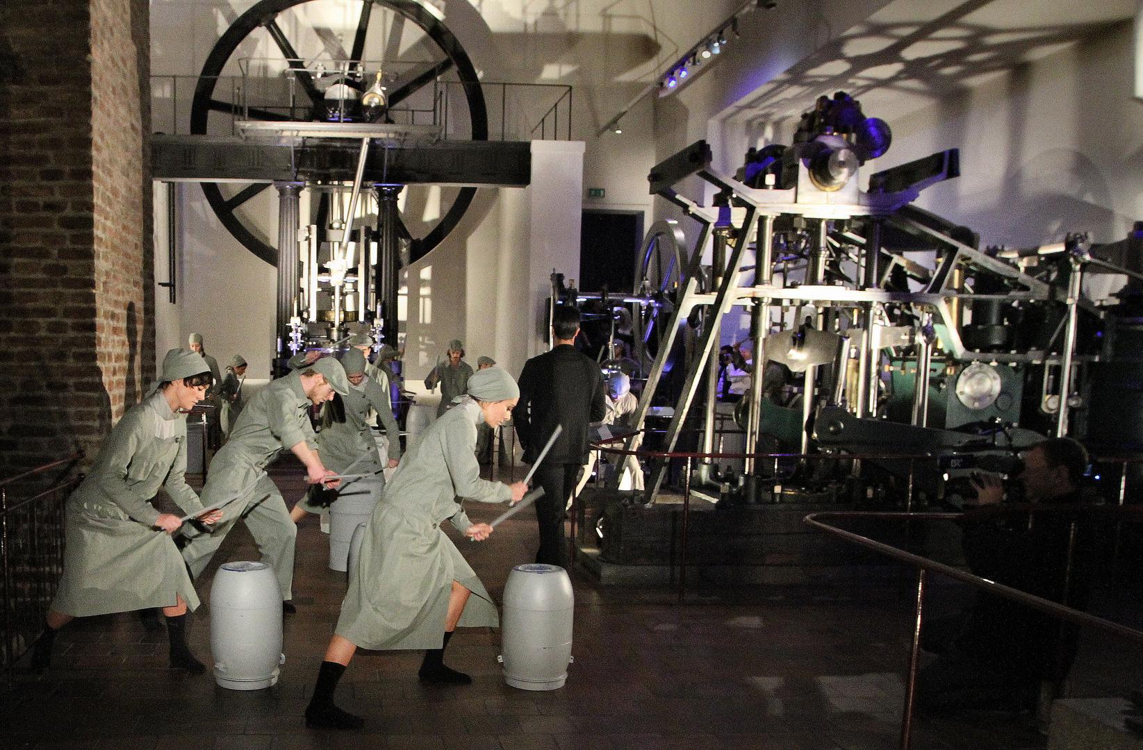Tanz - bewegte Körper und Maschine - 1 -