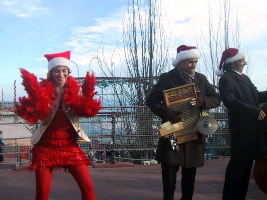 Tanz der roten Weihnachtsfrau