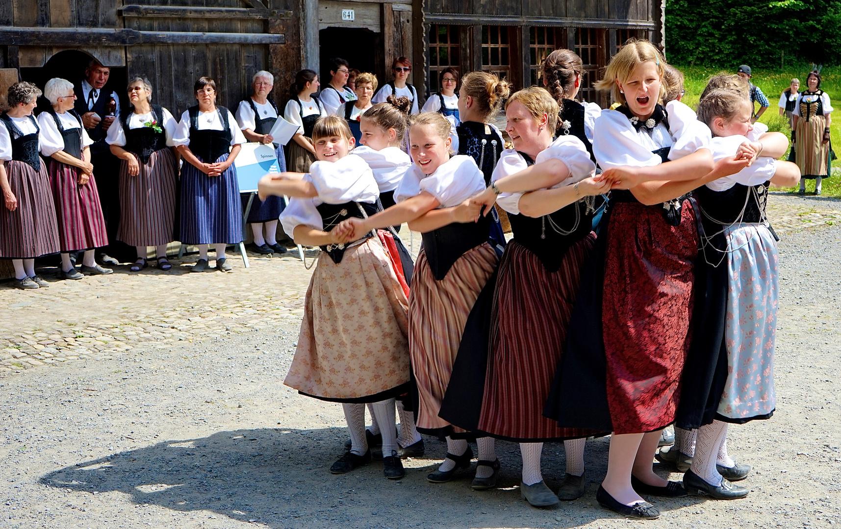 Tanz in Berner Tracht