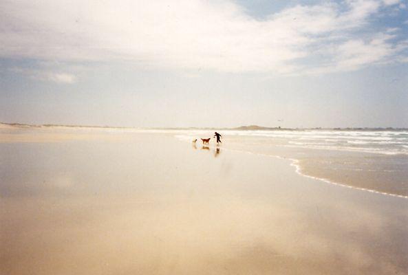 Tanzend am Strand in der Bretagne