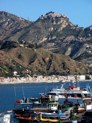 Taormina und der Hafen von Katania auf Sizilien