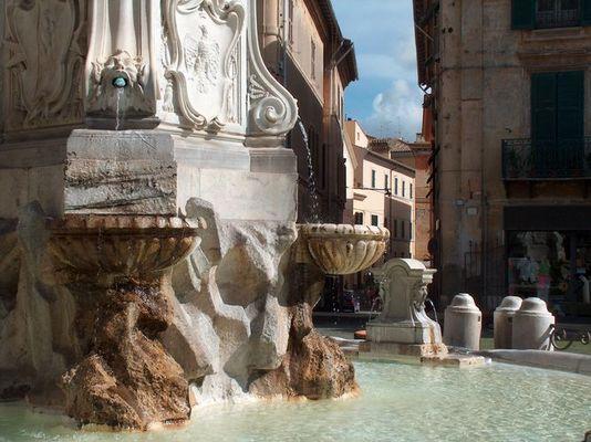 Tarquinia, Brunnen am Rathauspaltz