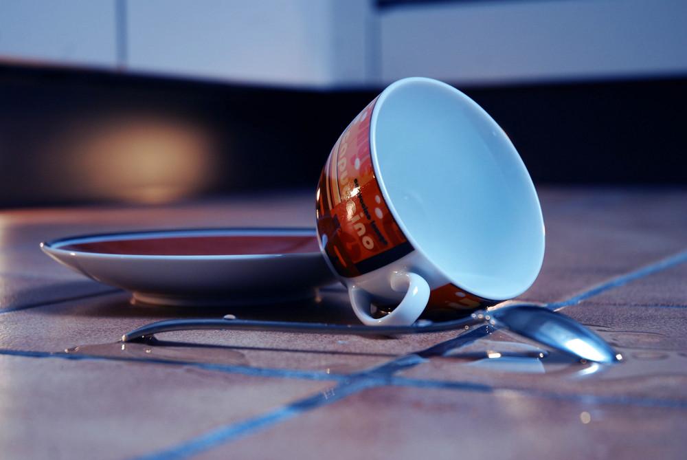 Tasse auf dem Boden