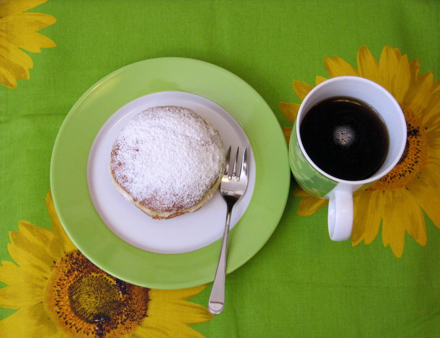 Tasse Kaffee und Krapfen