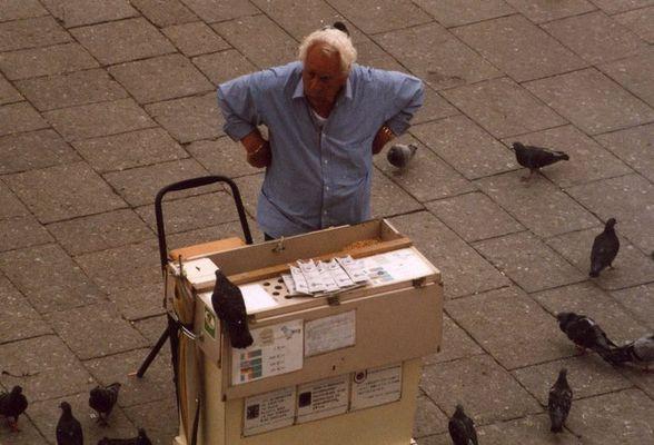 Taubenfutter-Verkäufer auf dem Marktplatz