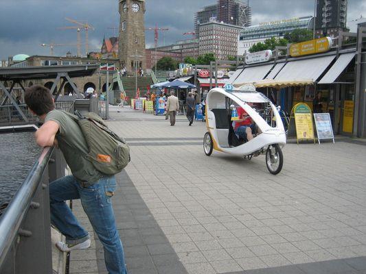 Taxi a pedales en el puerto de hamburgo