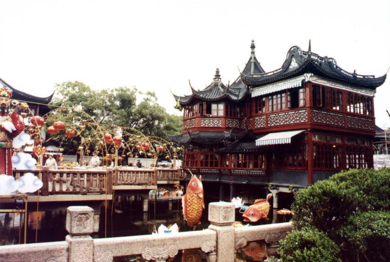 Teehaus mit Zickzackbrücke