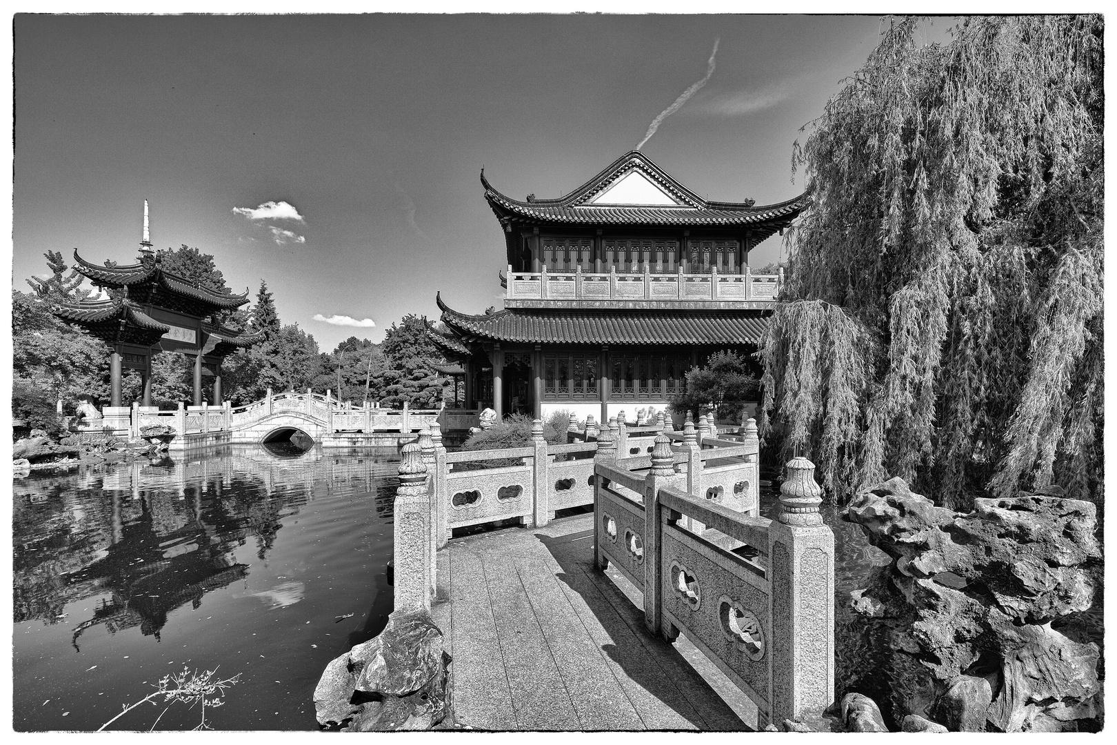 Teepavillon mit Zickzackbrücke