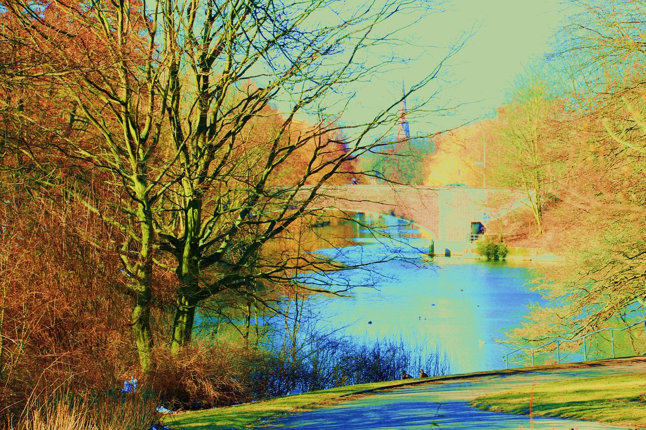 Teich mit Brücke und Kirche