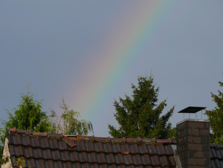 Teil eines zarten regenbogens nach gewitter