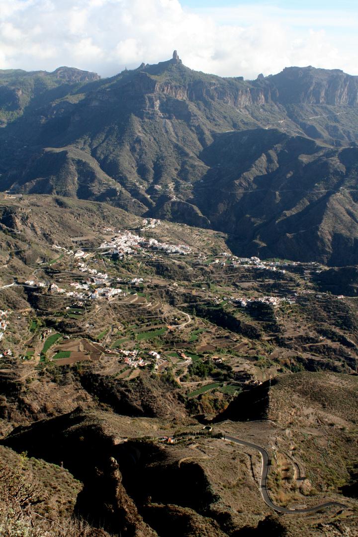 Tejeda bajo el Roque Nublo