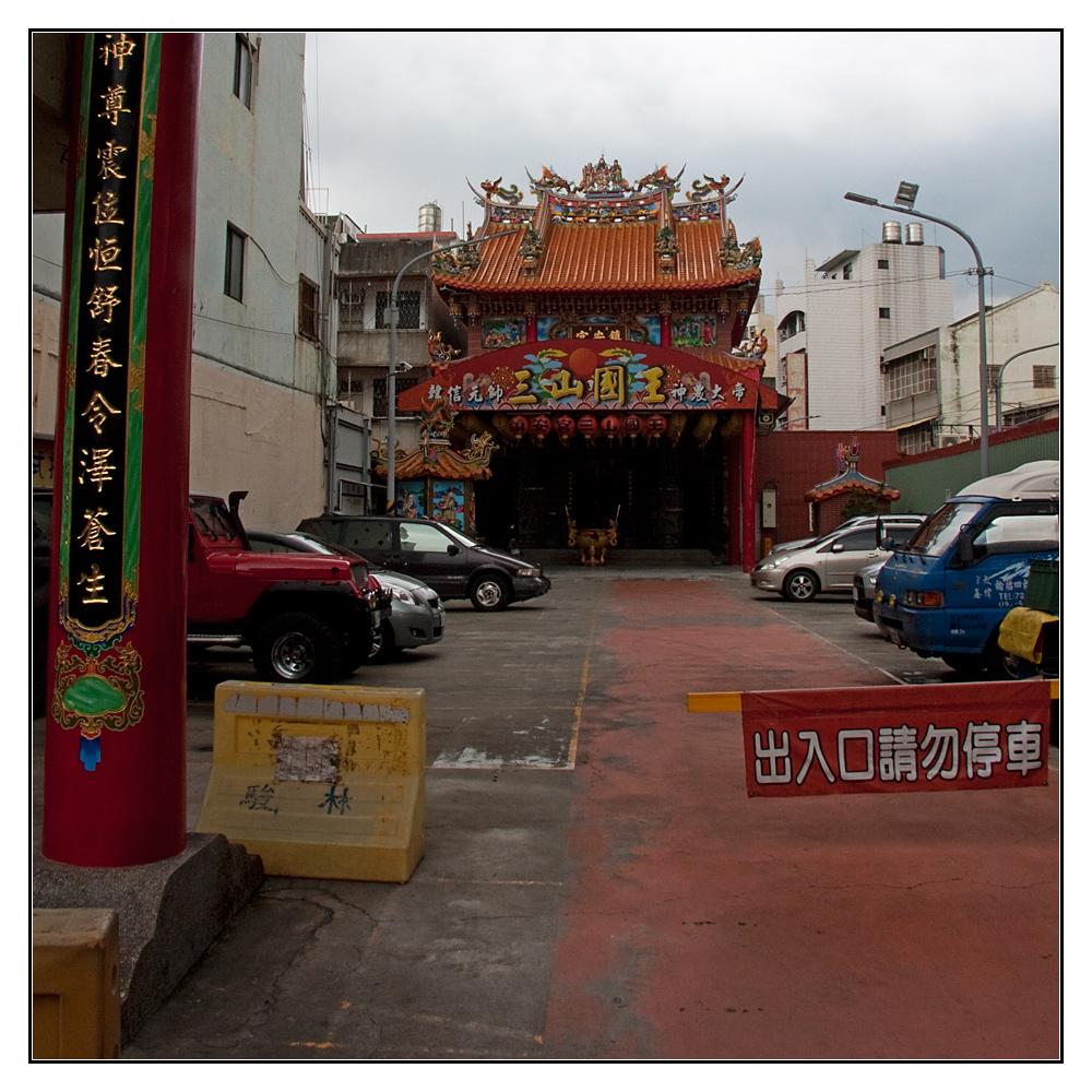 Tempel mit Parkplatz