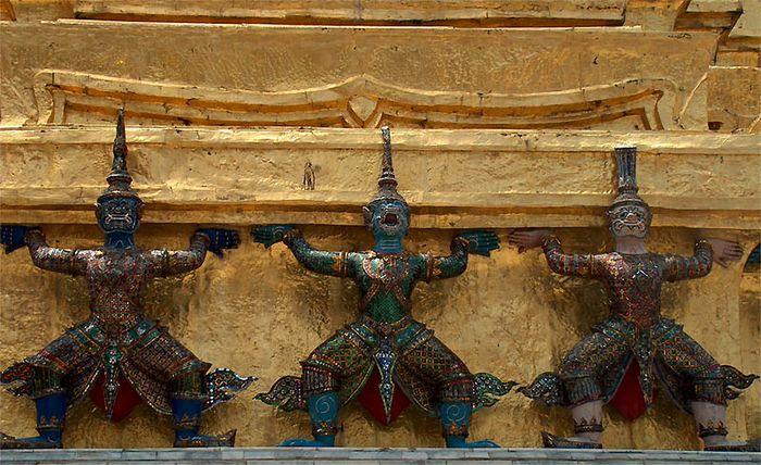 Tempelwächter stützen einen Chedi