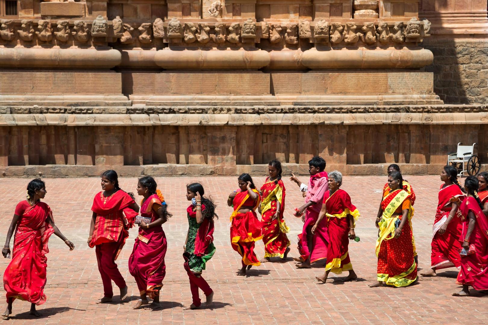 Temple Brihadesvara, Tanjore - Les femmes en rouges viennent prier pour la pluie.
