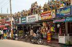 Temple hindou tout entouré de commerces