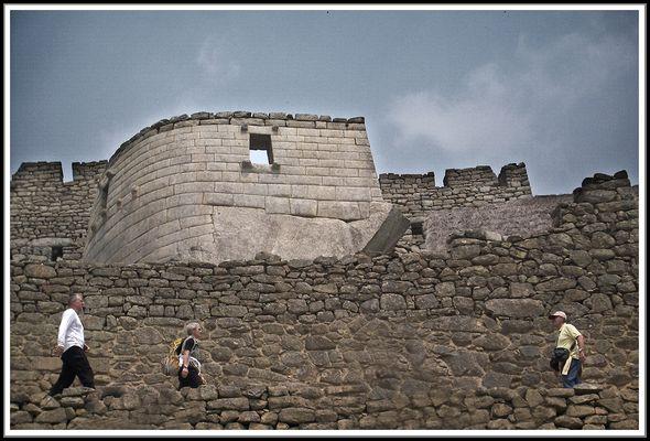 Templo del sol y caminantes