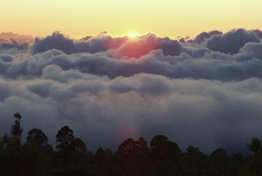 Tenerife Oct 2001 Die Sonne versinkt im Wolkenmeer, Teidegebiet