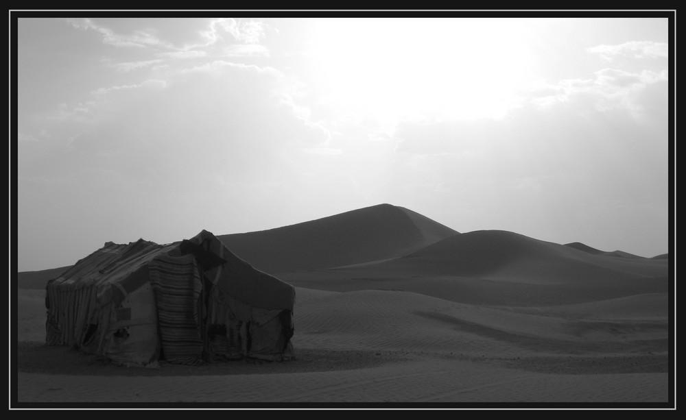 Tente berbère plantée dans le sahara