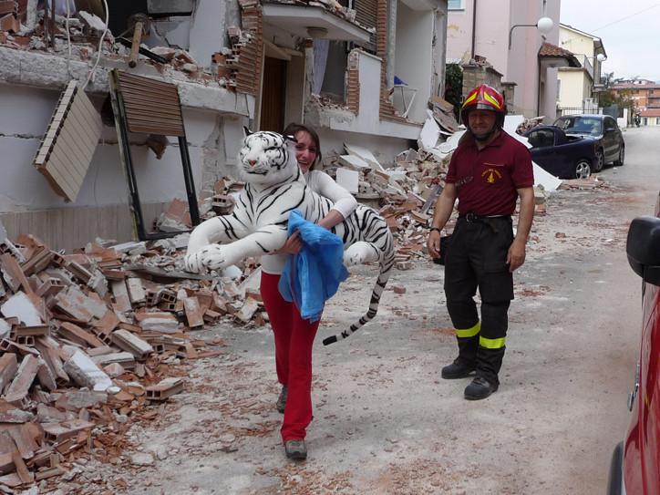 Terremoto a L'Aquila. La speranza è una tigre di peluche