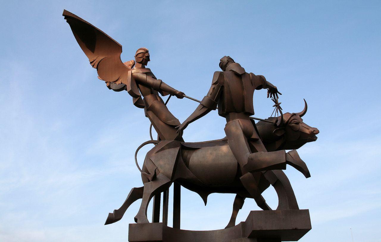 Teruel, escultura de la vaquilla del ángel