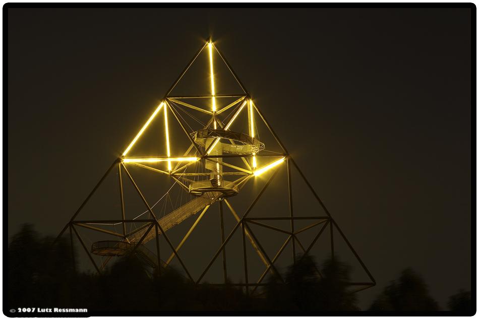 Tetraeder by Night