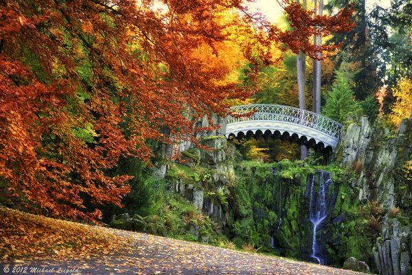 Teufelsbrücke im Herbstrausch