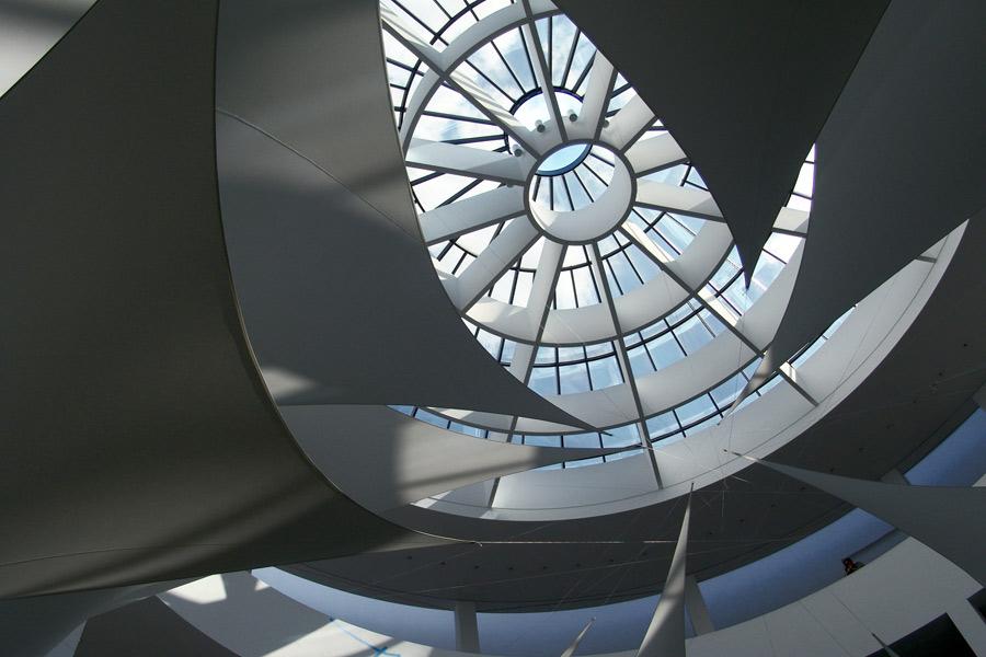 textilfahnen unter kuppel . pinakothek d moderne