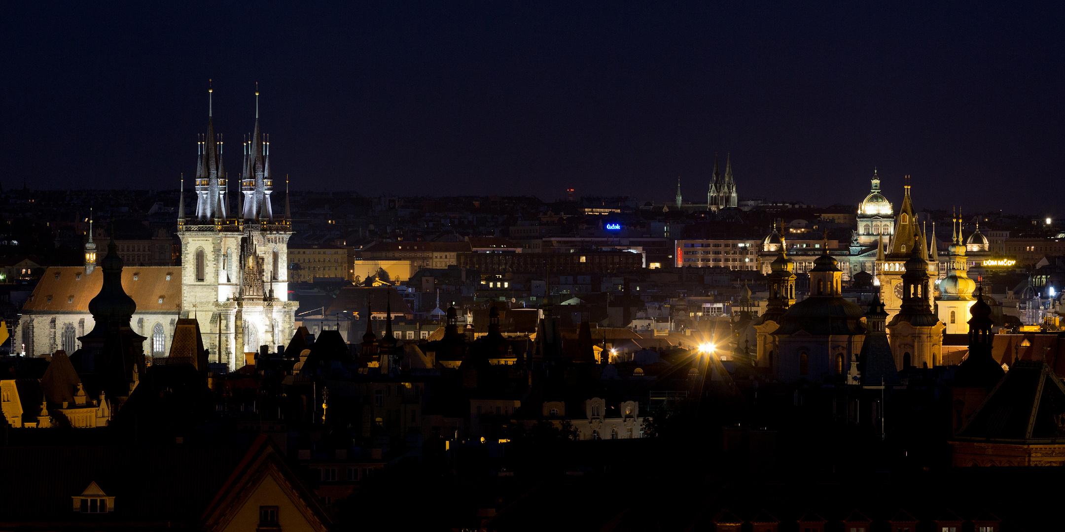 Teyn-Kirche und Umgebung bei Nacht