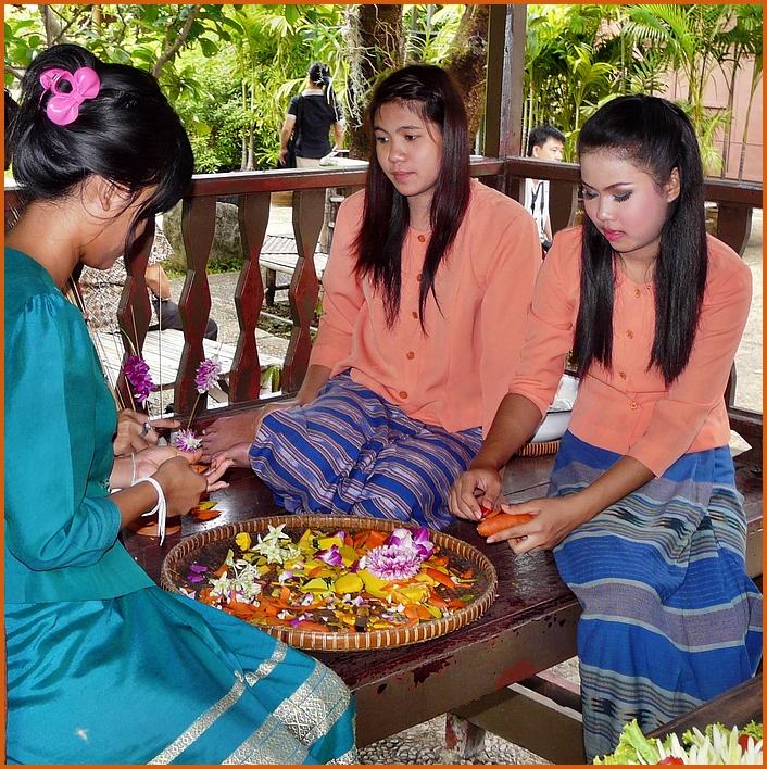 Thai-Mädchen im Rosengarten