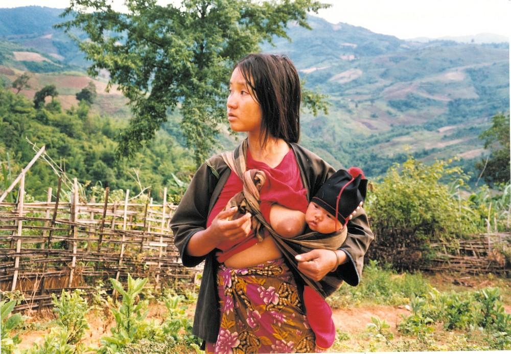 Thailand - Junge Akhafrau mit Kind