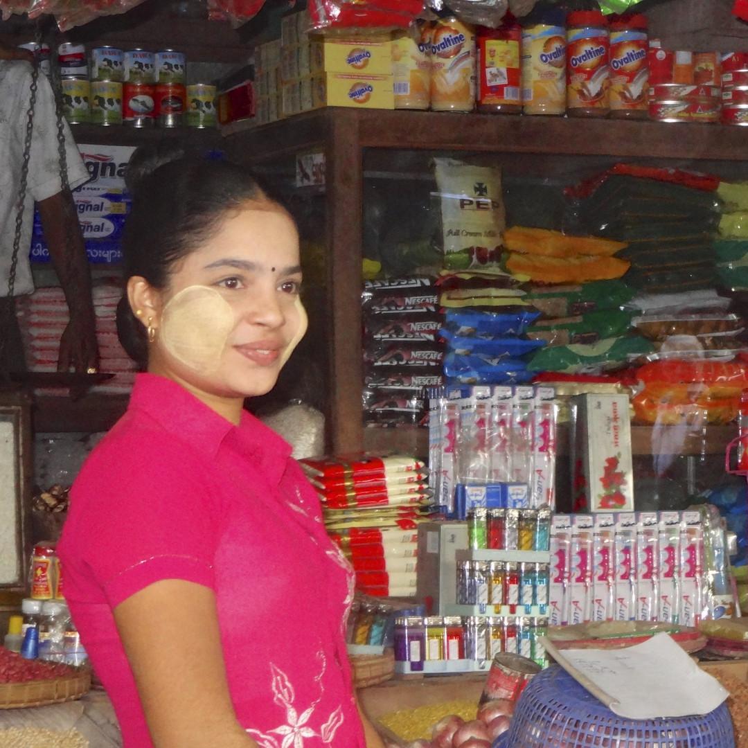 Thanaka Make up, birmesische junge Frau in Yangon.