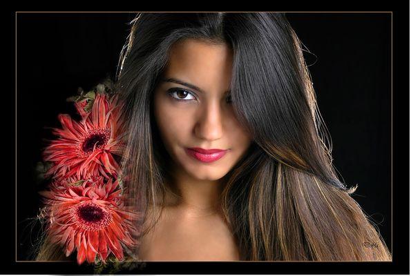 Thaynara con flores de Silvia Simonato.