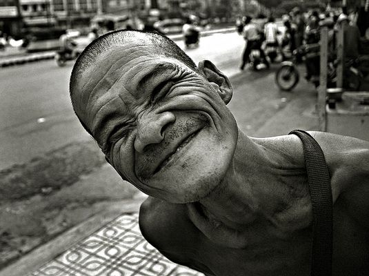 The funniest lottery seller of Saigon