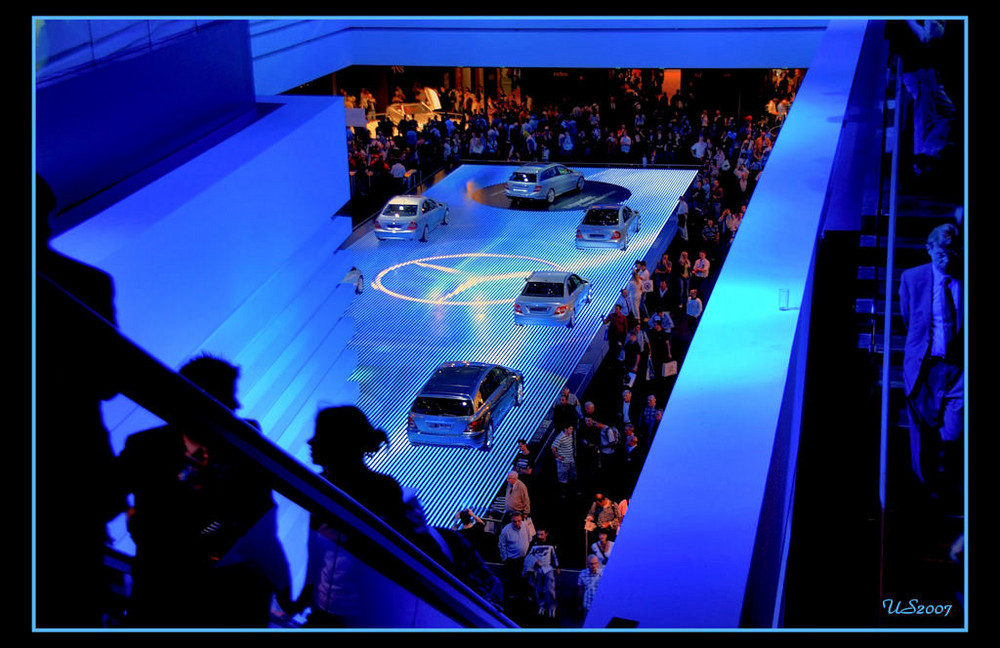 The Mercedes-Benz-Show in Blue