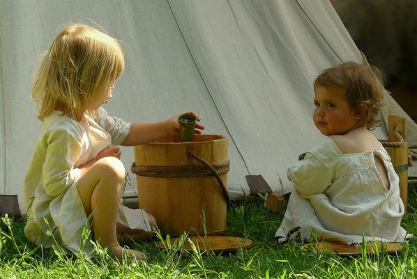 The Middle Ages (32) : Playing kids