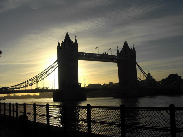 The sun behind Tower Bridge - El sol tras el puente de Londres