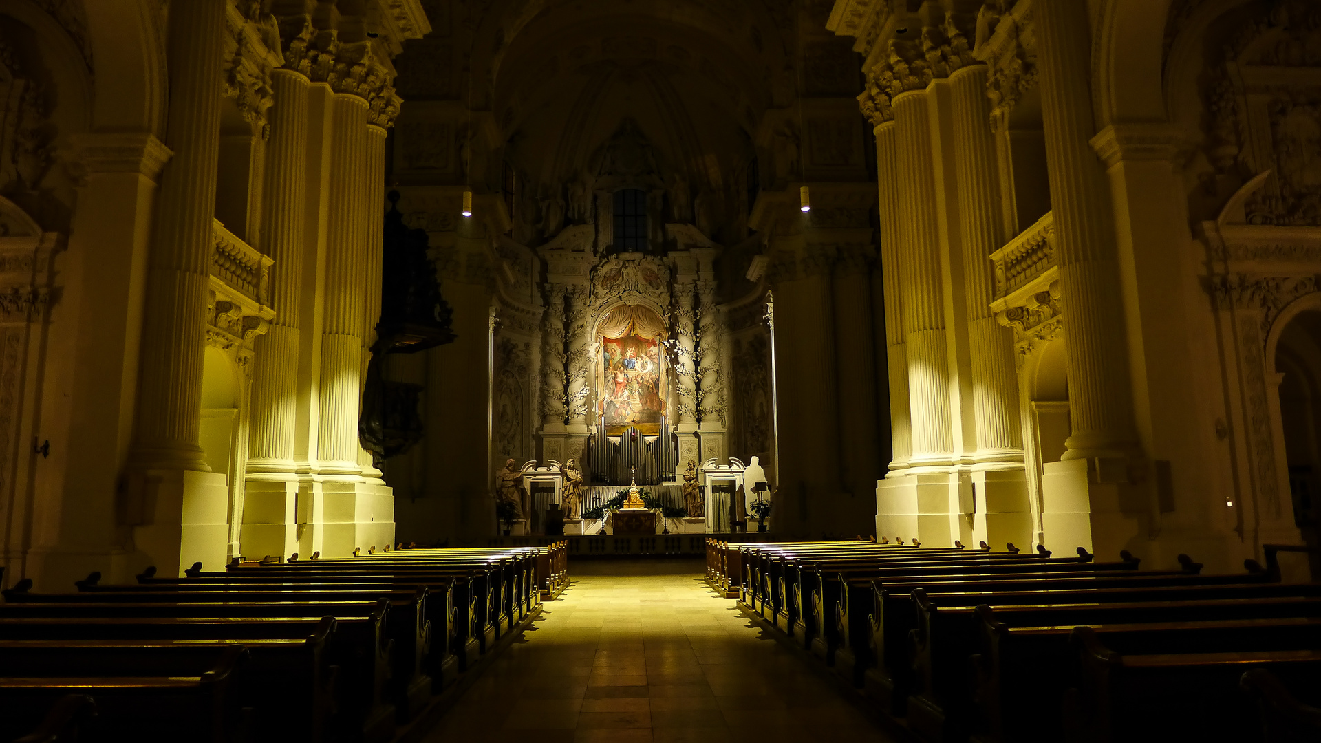 Theatinerkirche, Kirchenschiff mit Blick zum Altar