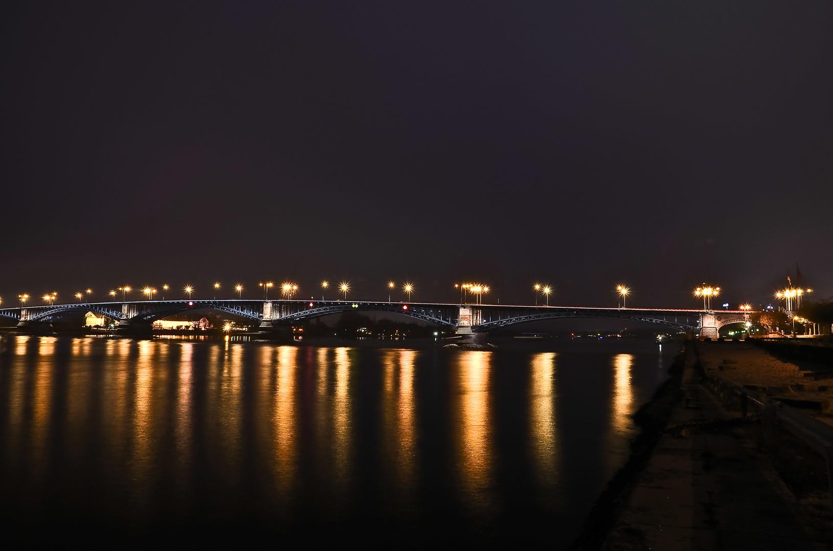 Theodor heuss Brücke in mainz bei Nacht