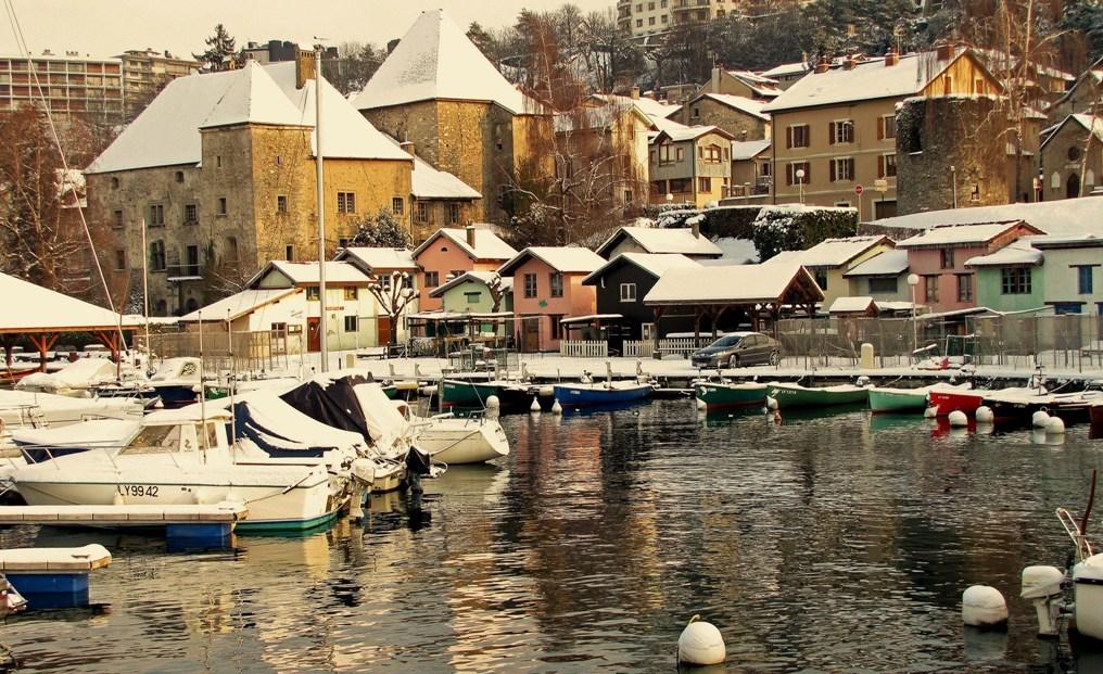 THONON-les-bains: son château et son port des pêcheurs.
