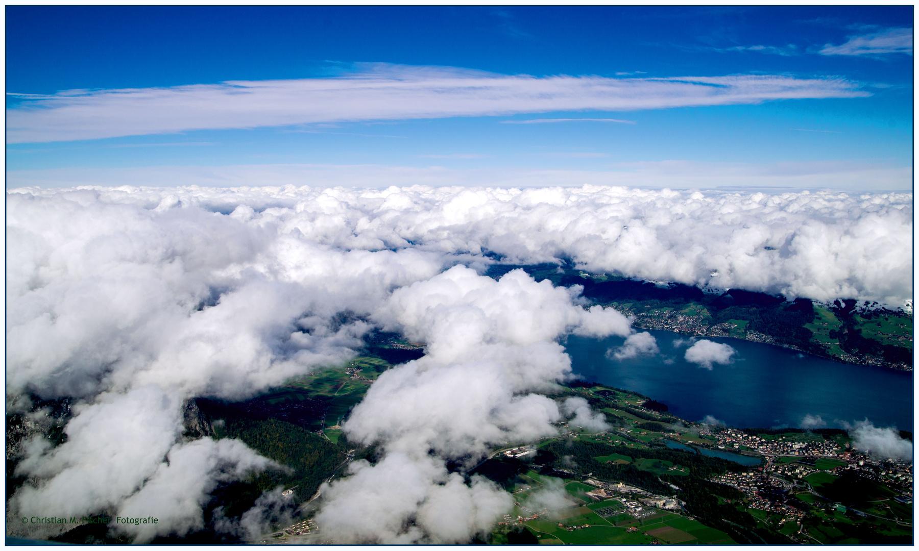 Thun unter einem Wolkenmeer