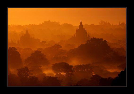 Tiefe Sonne über Bagan