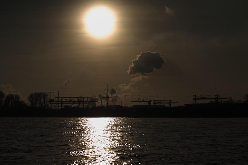 Tiefstehende Sonne über'm Logport Duisburg