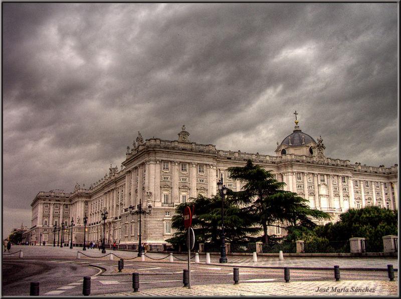 Tiempo amenazador sobre palacio. Madrid (HDR) (revisión)
