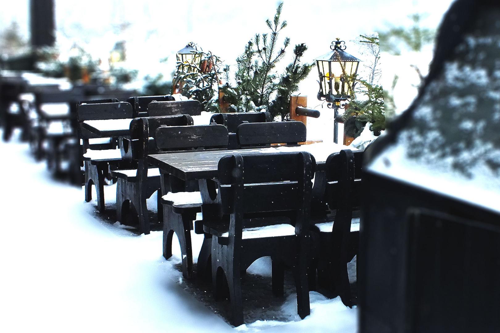 Tische im Schnee