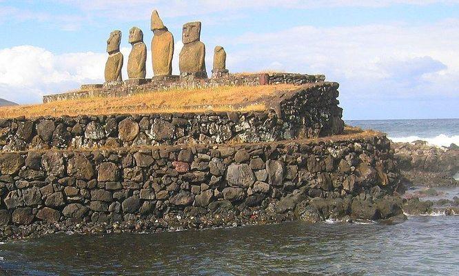 Titel: Ahu Vai Uri - archaische Steinskulpturen auf Rapa Nui (Osterinsel)
