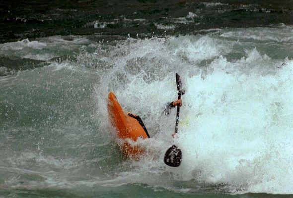 Tobi Bersch in der Welle von Thun